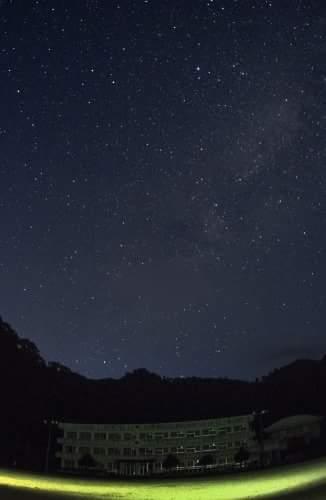 旧遊子川小学校校舎と星空